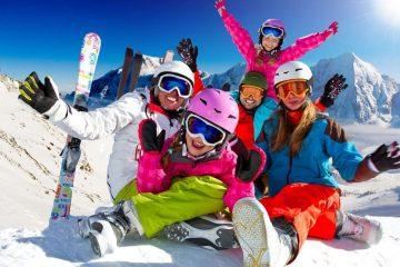 Famille sur les pistes de ski